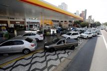Motoristas enfrentam grandes filas nesta quinta(24) nos postos de combustíveis que ainda possuem estoque na cidade de São Paulo. O abastecimento está comprometido por conta da paralisação dos caminhoneiros, que protestam contra a alta no preço do diesel. Na foto posto na Av. Rubem Berta. Foto: Marcelo Chello/CJPress