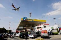 Motoristas enfrentam grandes filas nesta quinta(24) nos postos de combustíveis que ainda possuem estoque na cidade de São Paulo. O abastecimento está comprometido por conta da paralisação dos caminhoneiros, que protestam contra a alta no preço do diesel. Na foto posto na Av. dos Bandeirantes. Foto: Marcelo Chello/CJPress