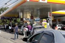 Motoristas enfrentam grandes filas nesta quinta(24) nos postos de combustíveis que ainda possuem estoque na cidade de São Paulo. O abastecimento está comprometido por conta da paralisação dos caminhoneiros, que protestam contra a alta no preço do diesel. Na foto posto na Av. Ricardo Jafet. Foto: Marcelo Chello/CJPress
