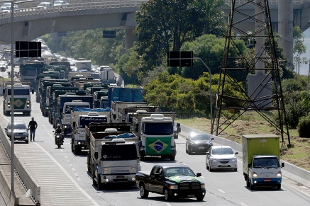 São Paulo (SP), 21/05/2018, Caminhoneiros protestam em São Paulo - Caminhoneiros percorreram em carreata a marginal do rio pinheiros, uma das mais movimentadas vias de São Paulo, na manhã desta segunda-feira(21), como forma de protesto contra os altos preços dos combustíveis. Foto: Marcelo Chello/CJPress/Agência O Globo