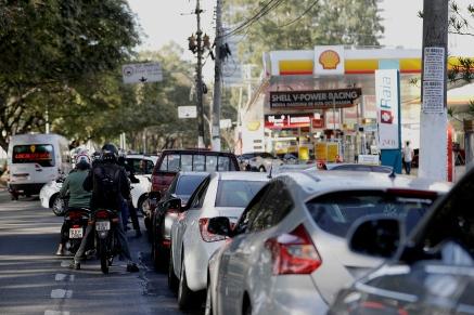 População enfrenta fila enorme para conseguir abastecer em um posto de combustíveis na marginal pinheiros, na zona sul de São Paulo, nesta terça-feira(29). Foto: Marcelo Chello/CJPress
