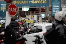São Paulo (SP), 05/06/2018, Posto em SP vende gasolina com 55% de desconto - Posto de combustíveis na Av. dos Bandeirantes em São Paulo, vendeu nesta terça-feira(5) seis mil litros de gasolina com 55% de desconto, pelo preço de R$1,96 o litro. A ação aconteceu durante a 10ª edição do Dia da Liberdade de Impostos, que é uma iniciativa do Instituto de Formação de Líderes de São Paulo (IFL-SP), Movimento Endireita Brasil e Instituto Mises BrasilRanking dos Políticos. Foto: Marcelo Chello/CJPress/Agência O Globo
