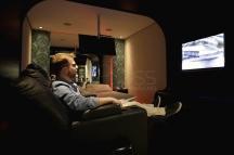 BRA01. SAO PAULO (BRASIL), 11/06/18. - El director de la Asociación Brasileña de Moteles, Felipe Martínez, demuestra el funcionamiento del cine 4D en una de las suites del motel del que es dueño en el centro de Sao Paulo, y que está preparado para recibir a las parejas que desean celebrar el Día de los Enamorados este martes (12). EFE/Marcelo Chello