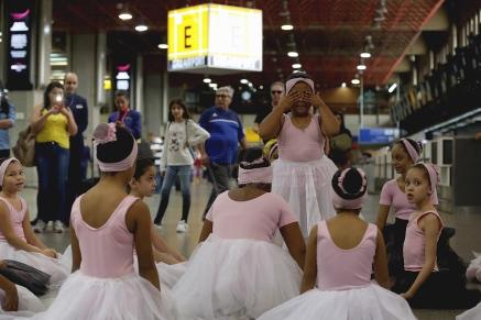BRA01. SAO PAULO (BRASIL), 12/06/18. - El aeropuerto internacional de Guarulhos, el mayor de Brasil, ubicado en Sao Paulo, se convertió hoy en el escenario para 20 niños que protagonizaron una muestra de ballet en el marco de una campaña lanzada con motivo del Día Mundial de Combate al Trabajo Infantil, que se celebra hoy. EFE/Marcelo Chello