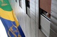BRA55. SAO PAULO (BRASIL), 17/06/18. - Los residentes de un conjunto de edificios en Sao Paulo sacuden este domingo 17 de junio una bandera gigante de 63 metros de altura y 17 de ancho para conmemorar el juego de estrenos de la selección brasileña en la Copa del Mundo de Rusia. La bandera forma parte de una tradición que cumple 20 años. EFE/Marcelo Chello