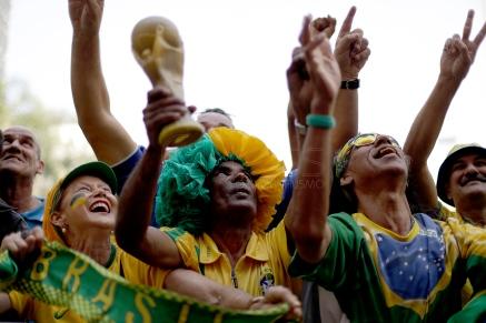 BRA55. SAO PAULO (BRASIL), 02/07/18. - Los aficionados brasileños acompañan el partido contra México por los octavos de final del Mundial de Rusia 2018, el lunes 2 de julio, en la Fan Fest en el valle del Anhagabaú, en Sao Paulo. EFE/Marcelo Chello