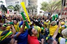 BRA63. SAO PAULO (BRASIL), 02/07/18. - Los aficionados brasileños celebran la victoria por 2 a 0 contra México por los octavos de final del Mundial de Rusia 2018, el lunes 2 de julio, en la arena Fan Fest en el valle del Anhagabaú, en Sao Paulo. EFE/Marcelo Chello