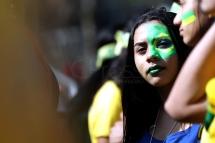 BRA50. SAO PAULO (BRASIL), 02/07/18. - Los aficionados brasileños acompañan el partido contra México por los octavos de final del Mundial de Rusia 2018, el lunes 2 de julio, en la Fan Fest en el valle del Anhagabaú, en Sao Paulo. EFE/Marcelo Chello