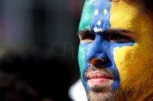 BRA52. SAO PAULO (BRASIL), 02/07/18. - Los aficionados brasileños acompañan el partido contra México por los octavos de final del Mundial de Rusia 2018, el lunes 2 de julio, en la Fan Fest en el valle del Anhagabaú, en Sao Paulo. EFE/Marcelo Chello