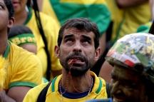 BRA54. SAO PAULO (BRASIL), 02/07/18. - Los aficionados brasileños acompañan el partido contra México por los octavos de final del Mundial de Rusia 2018, el lunes 2 de julio, en la Fan Fest en el valle del Anhagabaú, en Sao Paulo. EFE/Marcelo Chello