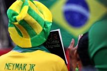 BRA57. SAO PAULO (BRASIL), 02/07/18. - Los aficionados brasileños celebran la victoria por 2 a 0 contra México por los octavos de final del Mundial de Rusia 2018, el lunes 2 de julio, en la arena Fan Fest en el valle del Anhagabaú, en Sao Paulo. EFE/Marcelo Chello