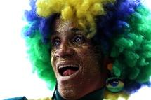 BRA59. SAO PAULO (BRASIL), 02/07/18. - Los aficionados brasileños celebran la victoria por 2 a 0 contra México por los octavos de final del Mundial de Rusia 2018, el lunes 2 de julio, en la arena Fan Fest en el valle del Anhagabaú, en Sao Paulo. EFE/Marcelo Chello