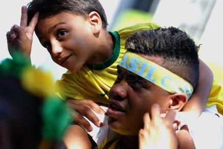 BRA60. SAO PAULO (BRASIL), 02/07/18. - Los aficionados brasileños celebran la victoria por 2 a 0 contra México por los octavos de final del Mundial de Rusia 2018, el lunes 2 de julio, en la arena Fan Fest en el valle del Anhagabaú, en Sao Paulo. EFE/Marcelo Chello
