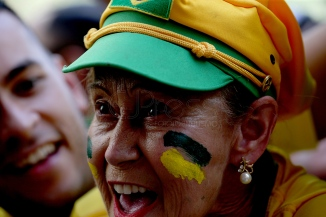 BRA61. SAO PAULO (BRASIL), 02/07/18. - Los aficionados brasileños celebran la victoria por 2 a 0 contra México por los octavos de final del Mundial de Rusia 2018, el lunes 2 de julio, en la arena Fan Fest en el valle del Anhagabaú, en Sao Paulo. EFE/Marcelo Chello