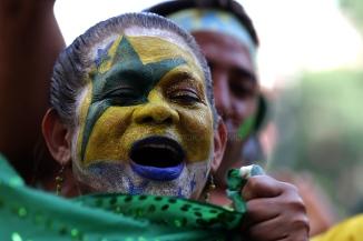 BRA62. SAO PAULO (BRASIL), 02/07/18. - Los aficionados brasileños celebran la victoria por 2 a 0 contra México por los octavos de final del Mundial de Rusia 2018, el lunes 2 de julio, en la arena Fan Fest en el valle del Anhagabaú, en Sao Paulo. EFE/Marcelo Chello