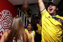 BRA57. SAO PAULO (BRASIL), 03/07/18. - Los aficionados colombianos celebran el gol de empate contra la selección inglesa en los acreedores del segundo tiempo normal de juego por los octavos de final del Mundial de Rusia 2018, el martes 3 de julio. EFE/Marcelo Chello