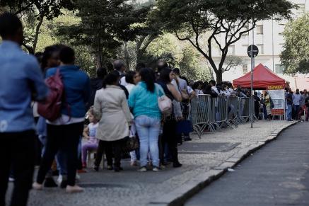 """Cerca de 6 mil pessoas formaram uma grande fila na manh"""" desta segunda-feira, 16, na regi""""o do Vale do Anhangaba˙, regi""""o central de S""""o Paulo, em busca de uma das 1,8 mil vagas que est""""o sendo oferecidas por empresas na sede do Sindicato dos Comerci·rios de S""""o Paulo. Foto: Marcelo Chello/CJPress"""