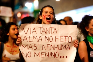 """Sao Paulo, São Paulo, Brazil - Aug, 2018 - Protesters gathered this Wednesday (8), in front of the Argentine consulate in the city of Sao Paulo in support of approval of the bill in a vote in the Argentine Senate, which legalizes the practice of abortion in the country. In Brazil the issue is under discussion in the Federal Supreme Court. in the poster the phrase: """"I saw so much soul in the fetus but none in the boy"""". (Credit Image: © Marcelo Chello via ZUMA Wire)"""