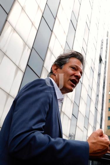 São Paulo (SP), 17/09/2018, Fernando Haddad participa da sabatina UOL, Folha e SBT em SP - O candidato do PT à presidência, Fernando Haddad, disse, nesta segunda-feira(17), que continuará na campanha Lula livre mesmo se eleito. Haddad participou em São Paulo, da sabatina realizada pelo portal UOL em parceria com o jornal Folha de S.Paulo e com o canal de televisão SBT. Foto: Marcelo Chello/CJPress/Agência O Globo